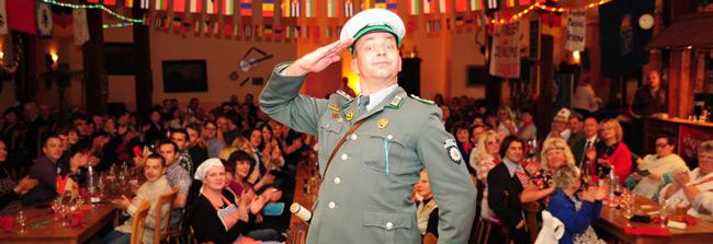 DDR Comedy Dinnershow Künstler und Volkspolizist